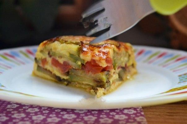 Порция запеканки из томатов, кабачков и сыра