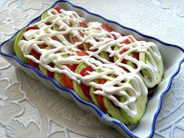 Сеточка из сметаны поверх овощей