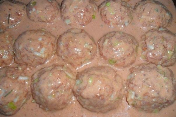 Голубцы, залитые томатно-сметанным соусом