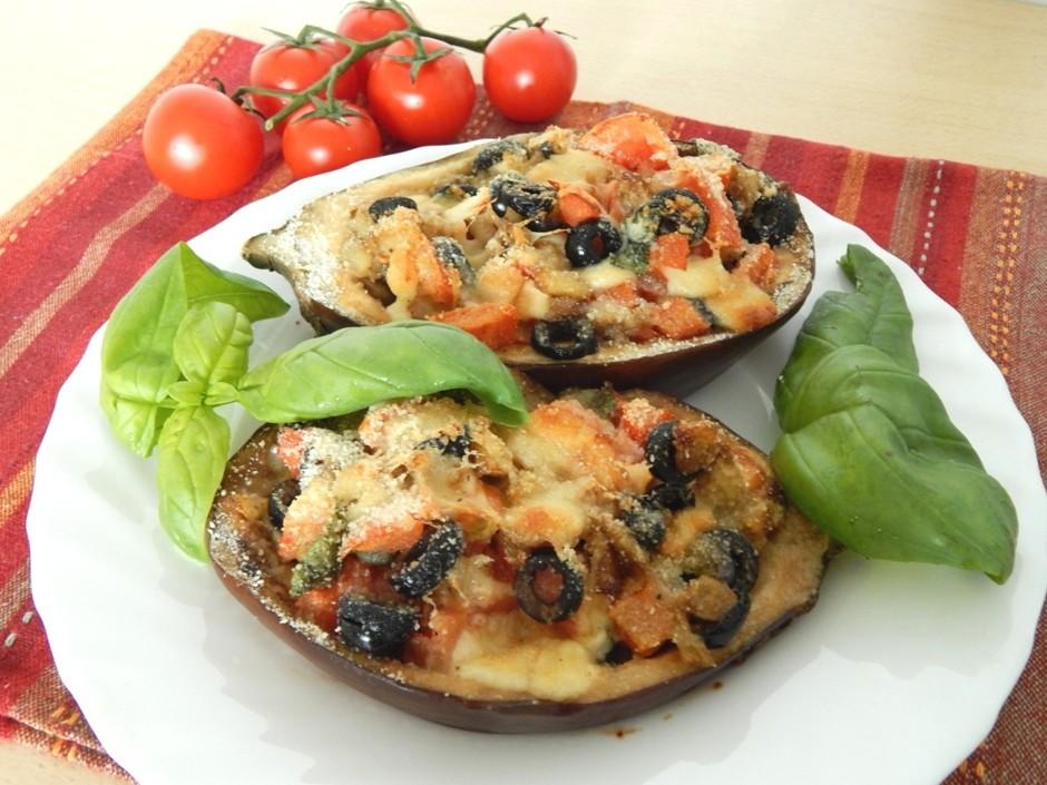Лодочки из баклажан, фаршированные овощами
