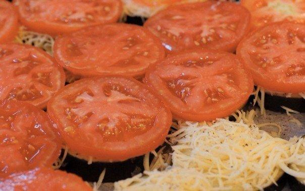 Выкладка колец томатов на баклажаны