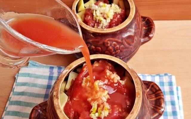 Говядина с картошкой в горшочке под томатной пастой до запекания