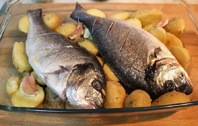 Тушки дорадо на картошке