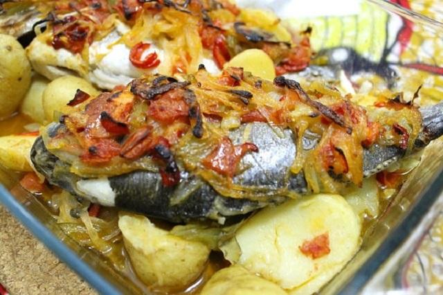 Запеченная дорадо с овощами в духовке