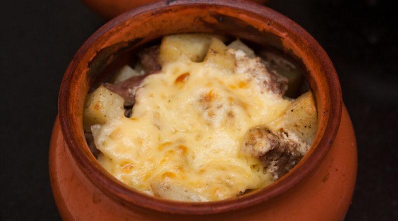 Говядина с картофелем в горшочке под сыром