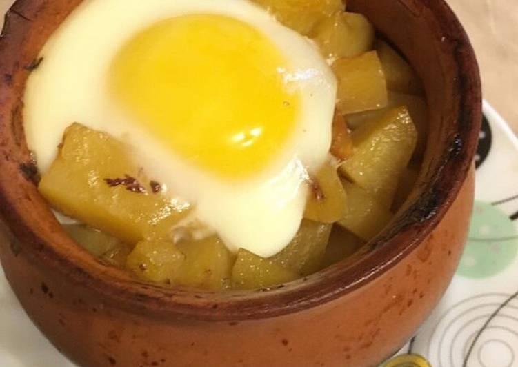 Говядина с картошкой и яйцом в горшочке