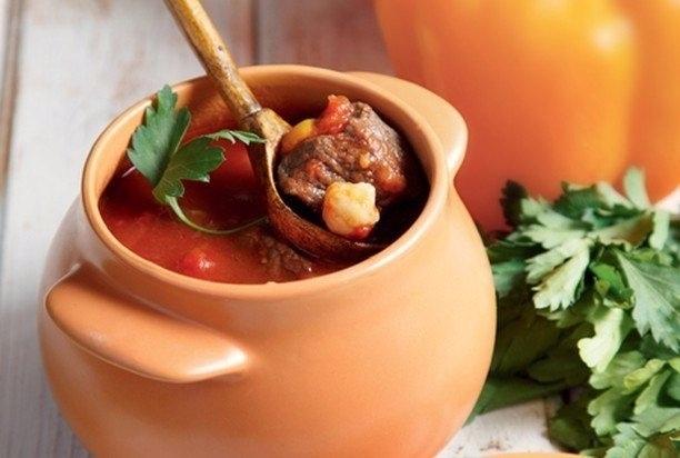 Говядина с картошкой, запеченная в горшочке с томатным соусом