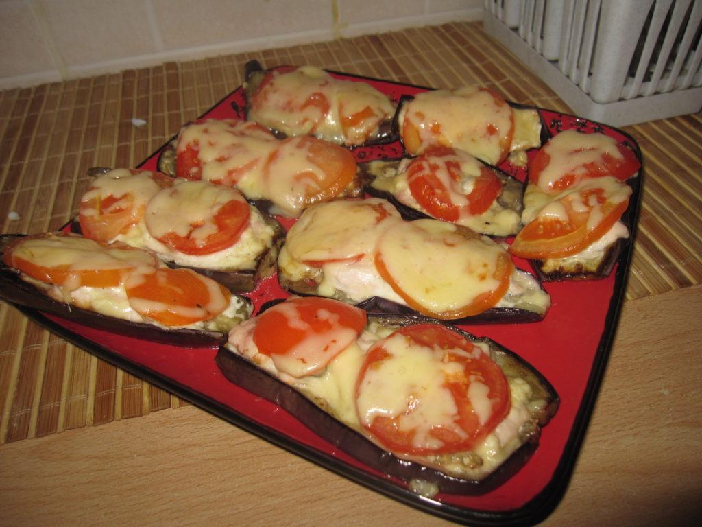 Лодочки из баклажанов с куриным филе и томатами