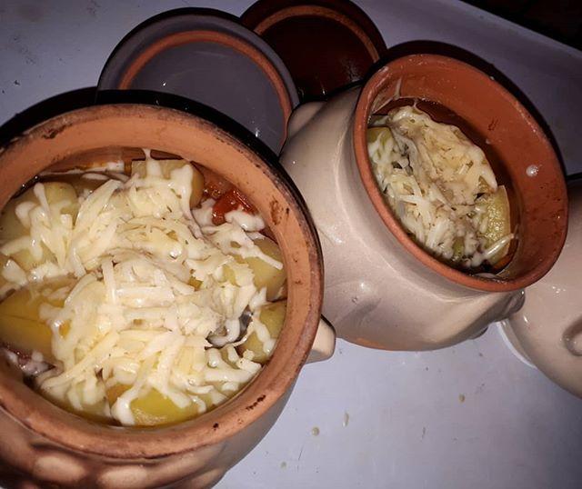 Содержимое горшочков посыпать тертым сыром