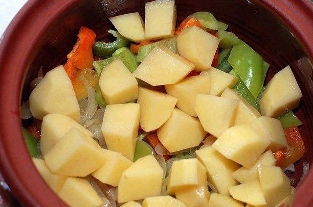 Слой картофеля в горшочке
