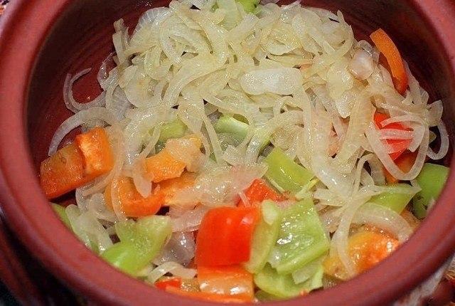 Выкладка нарезанных овощей в горшочке