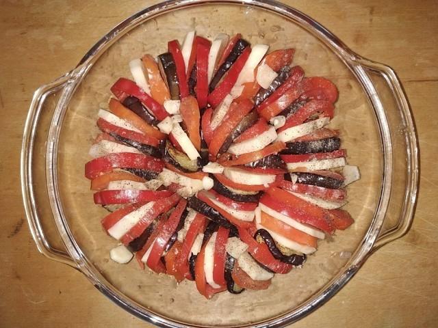 Выкладка овощей в форму для запекания