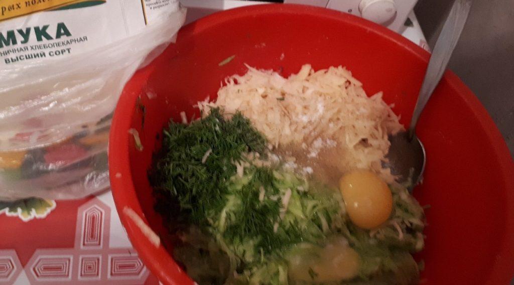 Кабачки и картошку смешиваем с яйцами, зеленью и мукой