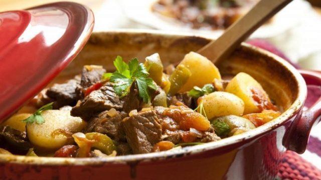 Жаркое из говядины в духовке с картошкой
