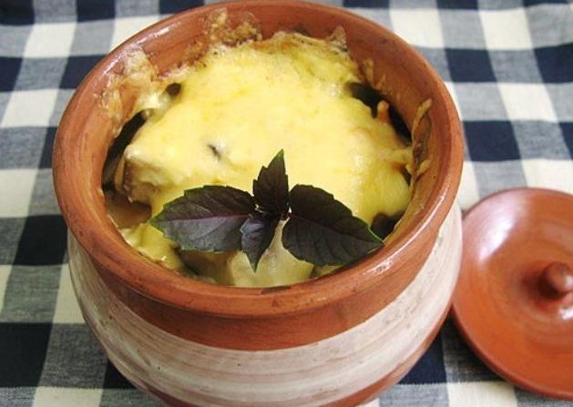 Запеченная свинина с баклажаном под сыром в горшочке