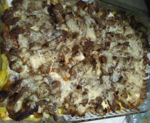 Говядина с грибами и картошкой под сыром