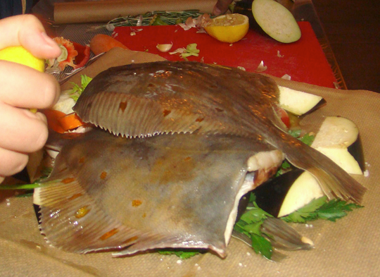 Камбала с овощами до запекания