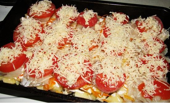 Митнай с помидорами под сыром перед запеканием