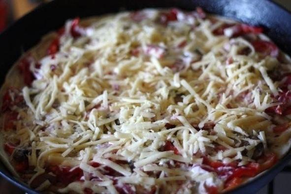 Пицца на тесте из кефира перед запеканием