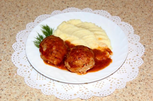 Тефтели и картофельное пюре на тарелке
