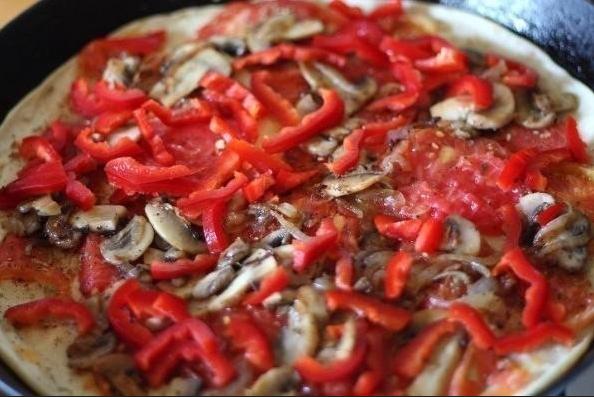 Выкладка слоя из грибов и болгарского перца