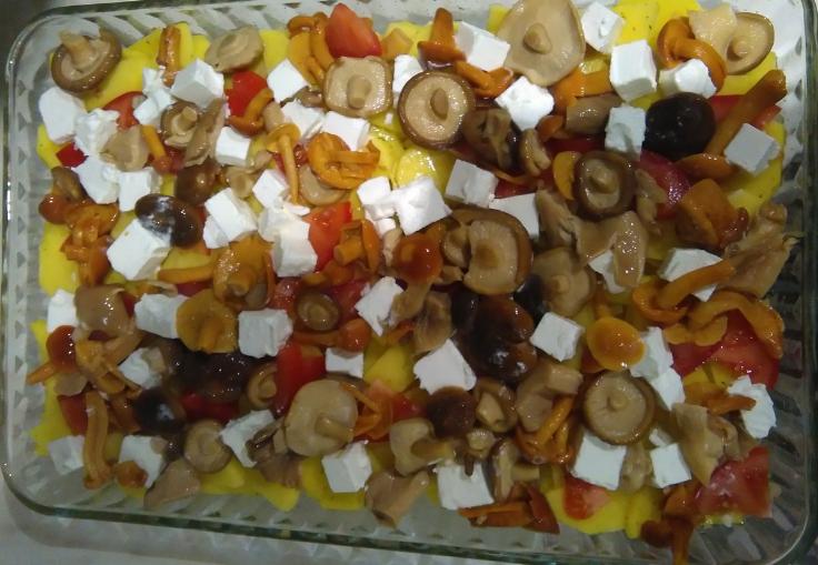 Картошка, томаты, грибы, сыр в емкости для запекания