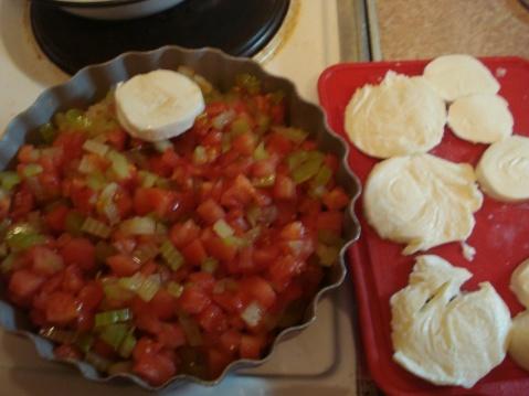 Выкладка кусочков моцареллы на овощи