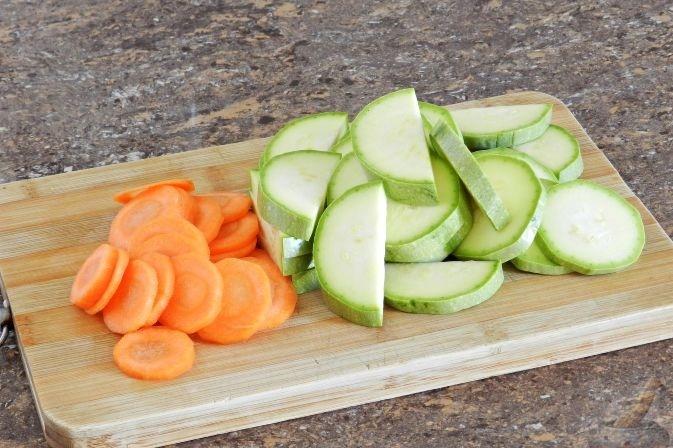 Нарезка морковки и кабачка