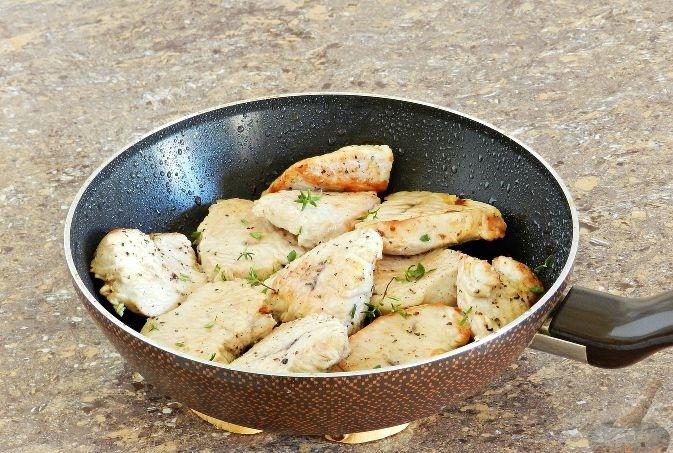 Обжаривание кусочков индейки на сковороде
