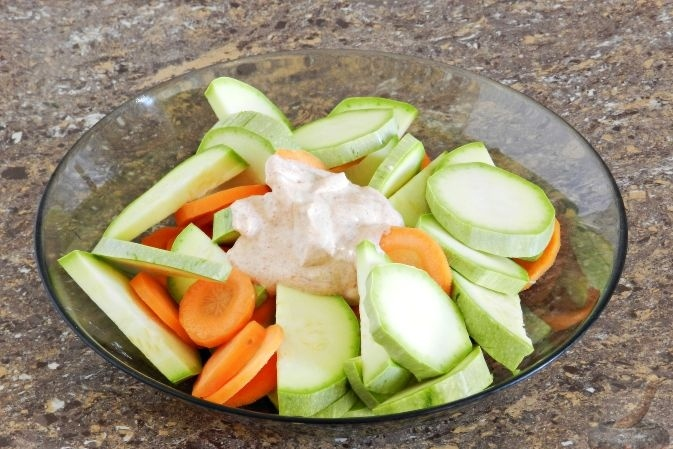 Сметанный соус с кабачками и морковкой