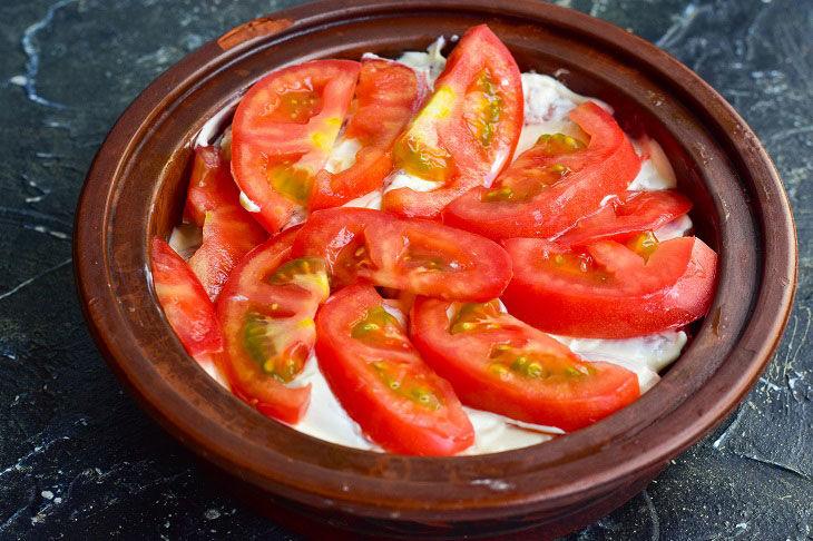 Нарезанные помидоры, выложенные на сметану