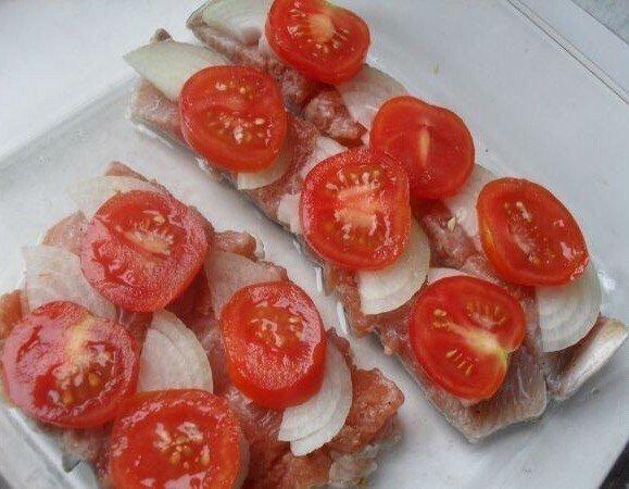 Выкладка томатов на филе горбуши